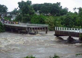 Colapso del puente sobre río Zaza. Foto: AFP.
