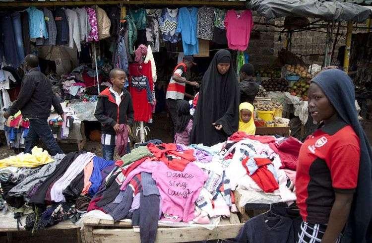 La ropa de segunda mano estadounidense es el centro del conflicto comercial entre Ruanda y el gobierno de Trump. Foto: Sayyid Abdul Azim / AP.