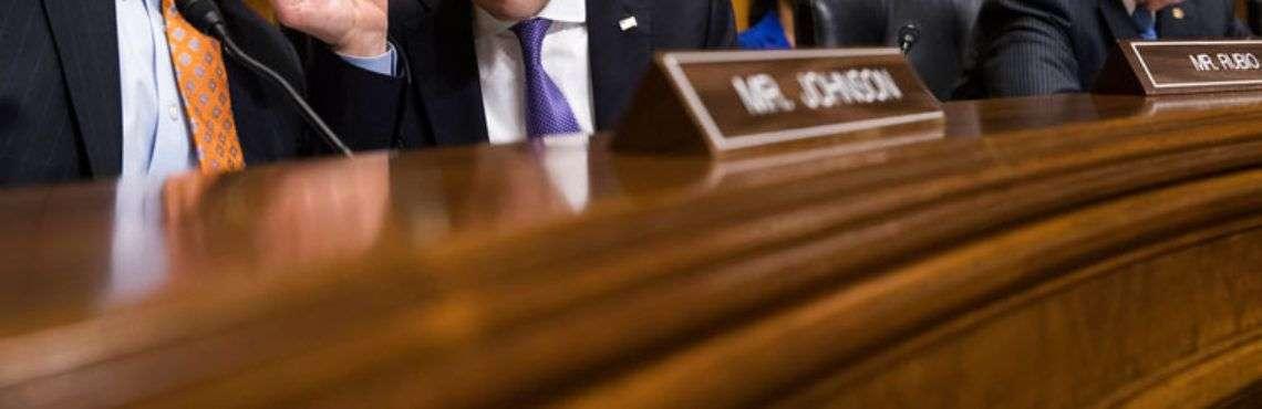 El senador republicano Marco Rubio (al centro) escucha a su colega Ron Johnson, republicano por Wisconsin (izquierda), durante una audiencia del subcomité del Senado para Asuntos Exteriores sobre los supuestos ataques acústicos a diplomáticos estadounidenses en La Habana. Foto: J. Scott Applewhite / AP.