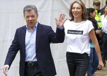 El presidente colombiano Juan Manuel Santos saluda acompañado de su esposa María Clemencia Rodríguez antes de votar en los comicios presidenciales en Bogotá, Colombia, el pasado 17 de junio de 2018. Foto: Daniel Muñoz / AP.