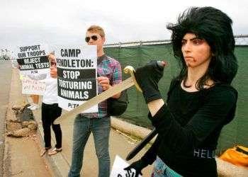 Fotografía de 2009 que muestra a Nasim Aghdam (derecha), la quien atacado esta semana la sede de YouTube, en una manifestación en favor del Trato Ético a los Animales. Foto: Charlie Neuman / The San Diego Union-Tribune vía AP.