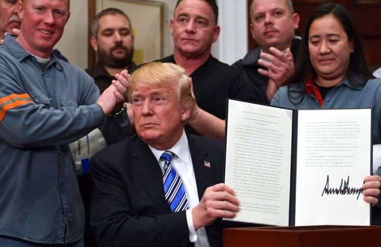 El presidente Donald Trump sostiene la proclamación de aranceles a la importación del acero durante un evento en la Casa Blanca este 8 de marzo de 2018. Foto: Susan Walsh / AP.