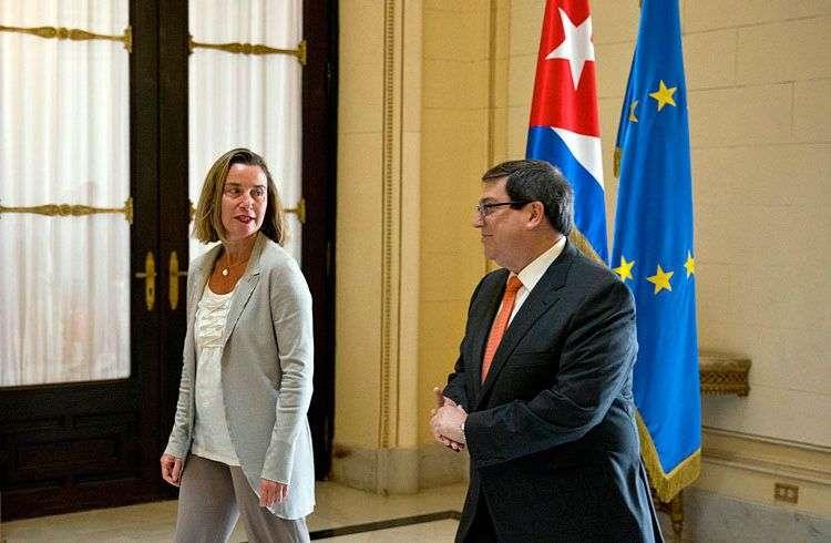 La jefa de la diplomacia de la Unión Europea, Federica Mogherini junto el canciller cubano, Bruno Rodríguez, en La Habana. Foto: Ramón Espinosa / Pool / EFE / Archivo.
