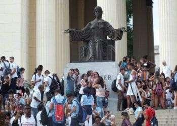 Jóvenes cubanos en la escalinata de la Universidad de La Habana. Foto: Radio Reloj.