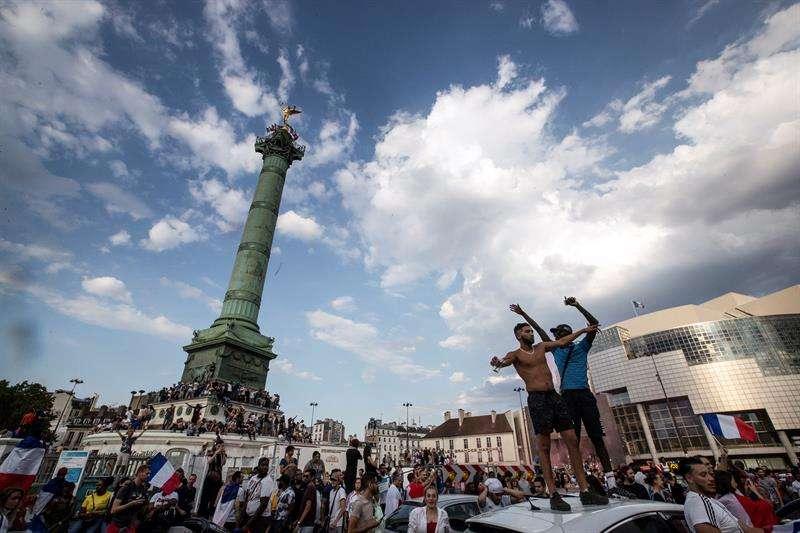 Festejos en París. Foto: EFE.