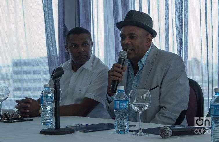 José Alberto El Canario (izq) y Fernando Dewar, director del Septeto Santiaguero, en la presentación en La Habana del disco A mí qué. Tributo a los clásicos cubanos. Foto: Otmaro Rodríguez.