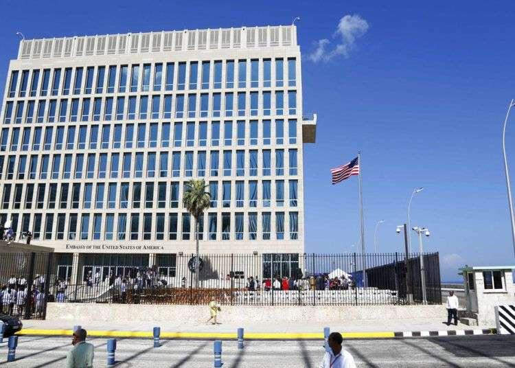 En esta foto de archivo del 14 de agosto de 2015, la bandera estadounidense ondea en la embajada en La Habana. Foto: Desmond Boylan / AP.
