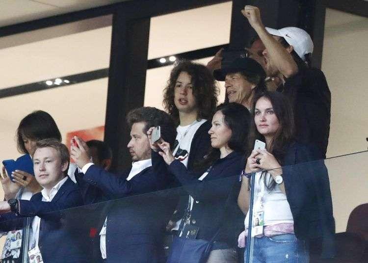Mick Jagger observa la semifinal de la Copa del Mundo entre Inglaterra y Croacia, el miércoles 11 de julio de 2018, en el estadio Luzhniki de Moscú. Foto: Alastair Grant / AP.