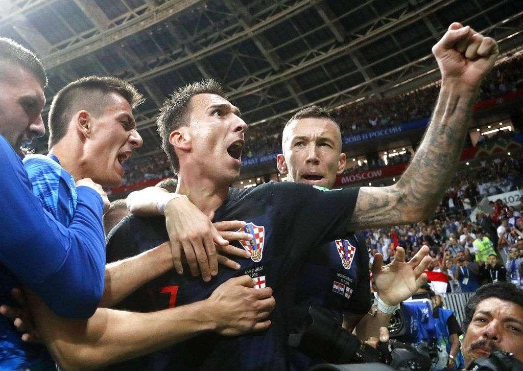 Mario Mandzukic, de Croacia, festeja luego de anotar el gol del triunfo en la prórroga de la semifinal de la Copa del Mundo ante Inglaterra, hoy en Moscú. Foto: Frank Augstein / AP.