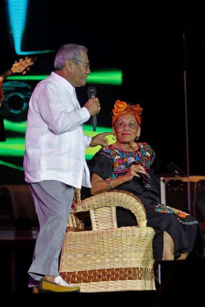 Su última invitada de la noche, Omara Portuondo. Foto: Yander Zamora.