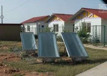 Calentadores solares en Maisí, en el oriente Cuba. Foto: Otmaro Rodríguez / Archivo.