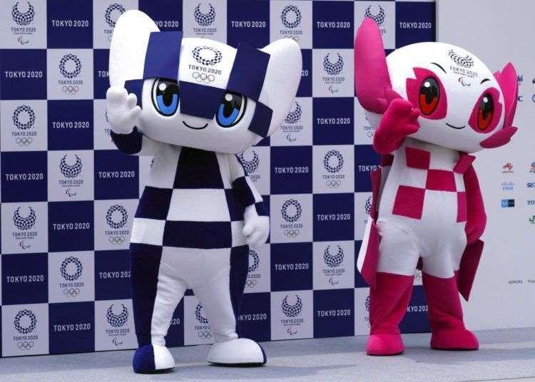 """La mascota de los Juegos Olímpicos de Tokio 2020 """"Miraitowa"""" (izquierda) y la de los Juegos Paralímpicos, """"Someity"""" (derecha), posan para los fotógrafos durante su presentación en Tokio, el 22 de julio de 2018. Foto: Eugene Hoshiko / AP."""