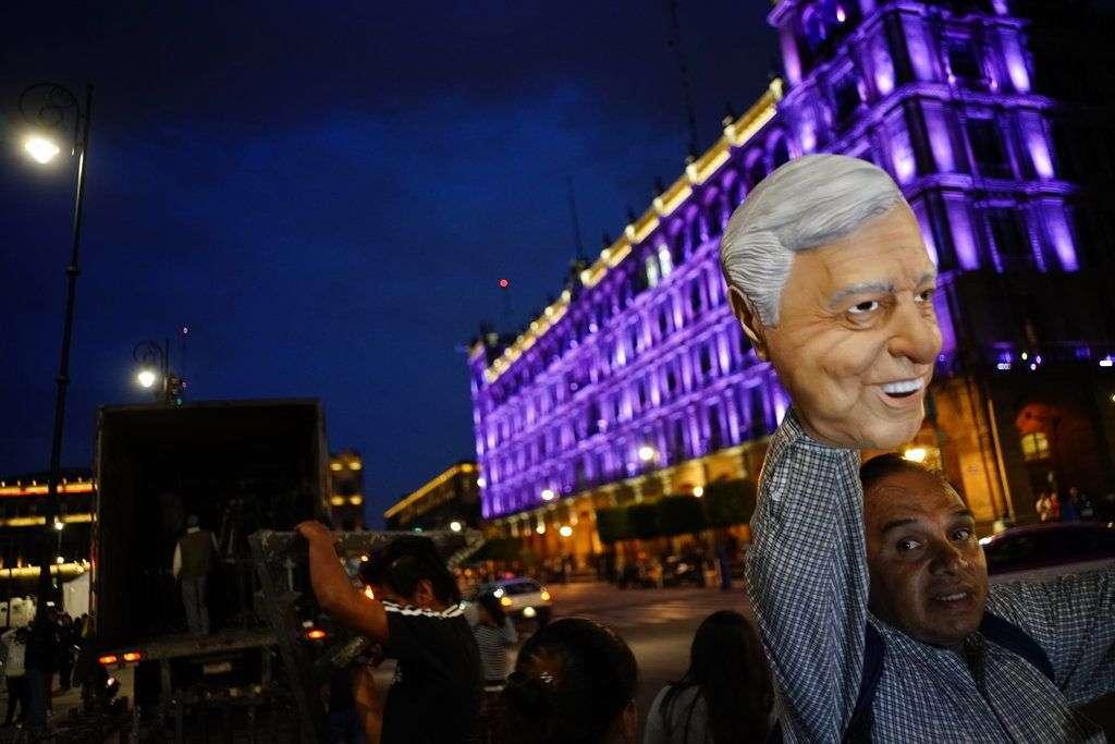 Un vendedor ambulante ofrece una máscara de Andrés Manuel López Obrador en la plaza principal de Ciudad de México el domingo 1ro de julio de 2018. Foto: Ramón Espinosa / AP.
