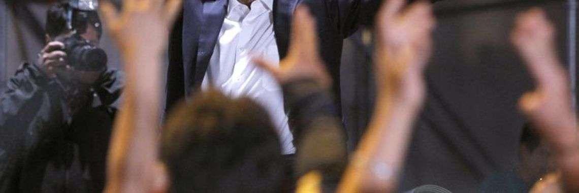 Cientos de simpatizantes del candidato izquierdista Andrés Manuel López Obrador, lo aclaman durante su arribo a la Plaza de la Constitución de la Ciudad de México tras conocer su triunfo en las elecciones de hoy, domingo 1 de julio de 2018. Foto: Sáshenka Gutiérrez.
