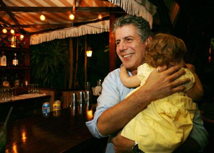 El chef Anthony Bourdain con su hija Ariane en Miami Beach en una fotografía de archivo del 12 de noviembre de 2008. Foto: Lynne Sladky/AP.