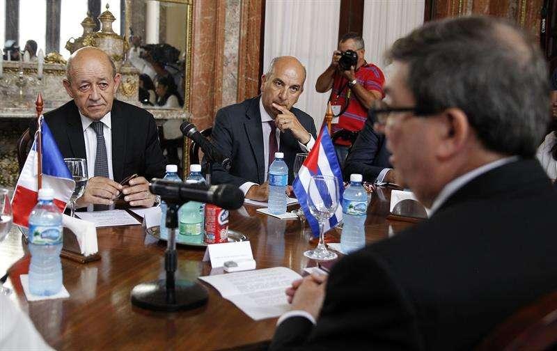 El ministro francés para Europa y Asuntos Exteriores, Jean-Yves Le Drian, asiste a una reunión con el canciller cubano, Bruno Rodríguez. Foto: Ernesto Mastrascusa/EFE.