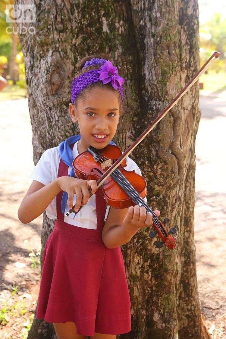 Adianez Morel practica con su violín. Foto: Christopher Baker.