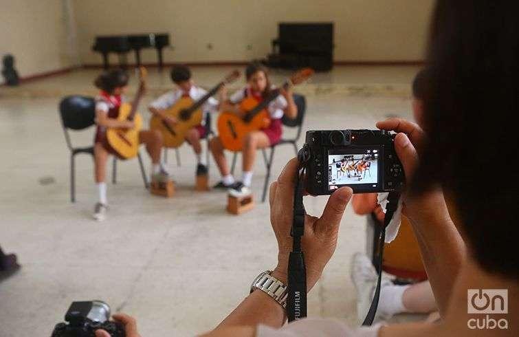 """Estudiantes de guitarra de la Escuela de Arte """"Benny Moré"""", de Cienfuegos. Foto: Christopher Baker."""