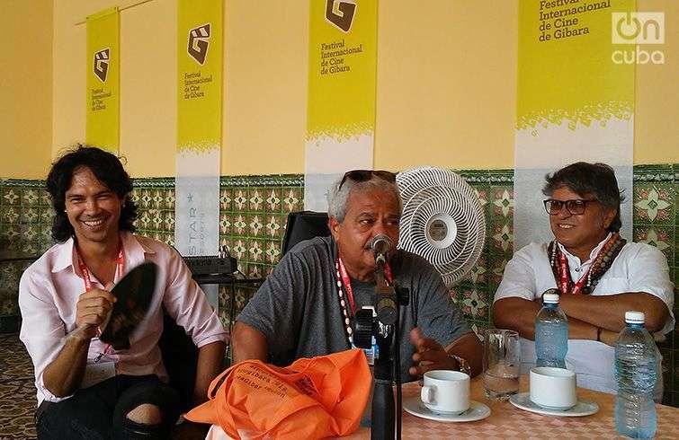 De iquierda a derecha, Yunior García, Félix Beatón y René de la Cruz, en la conferencia de prensa previa al estreno de la obra teatral Humo en el Festival de Cine de Gibara. Foto: Estreno de la obra teatral Humo, en el Festival de Cine de Gibara. Foto: Manuel Rodríguez Yong.