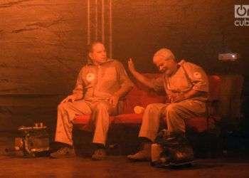 René de la Cruz (izq) y Félix Beatón, en la obra de teatro Humo, estrenada en el Festival de Cine de Gibara. Foto: Manuel Rodríguez Yong.