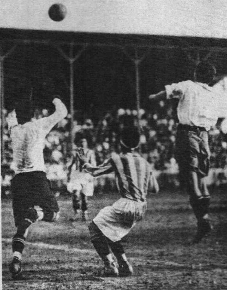 Imagen del juego entre futbolistas cubanos y uruguayos en La Habana. Foto: Carteles.