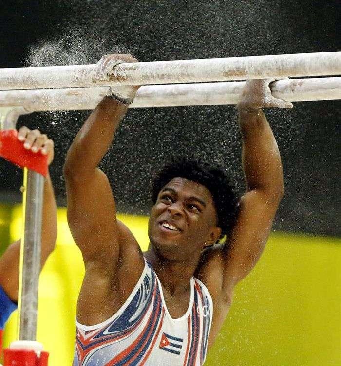 El cubano Manrique Larduet tuvo que lucirse en las barras paralelas para conquistar su tercer oro en Barranquilla. Foto: Carlos Durán Araújo / EFE.