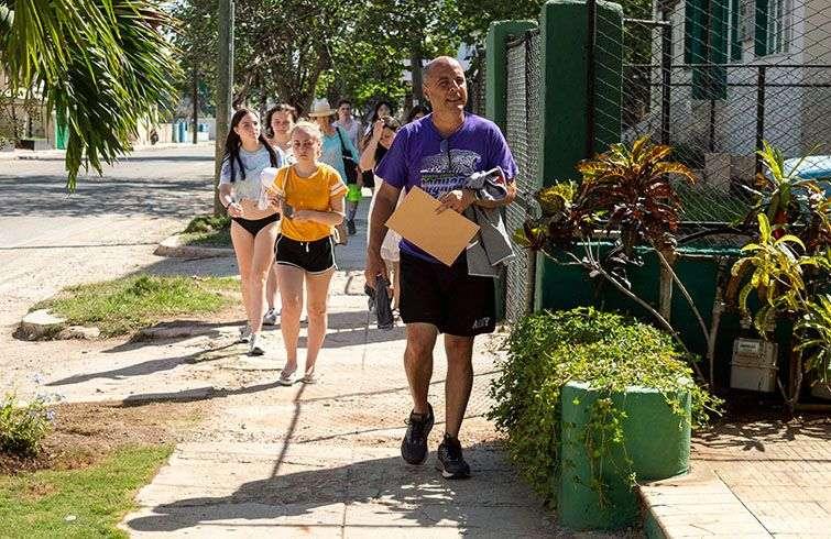 Carlos Lazo (der) y sus alumnos estadounidenses en La Habana. Foto: Cortesía de Carlos Lazo.