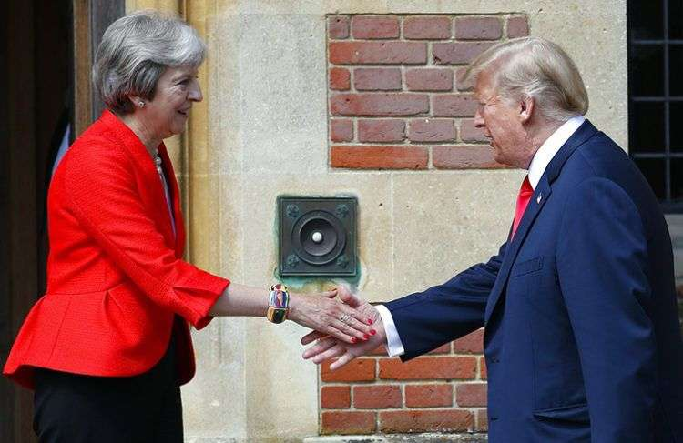 La primera ministra británica Theresa May, izquierda, recibe al presidente estadounidense Donald Trump en Chequers, Inglaterra, este viernes 13 de julio de 2018. Foto: Pablo Martinez Monsivais / AP.