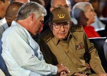 El exmandatario y líder del Partido Comunista de Cuba, Raúl Castro (d), junto al actual presidente cubano, Miguel Diaz-Canel (i), este 26 de julio del 2018, durante acto donde se conmemora el 65 aniversario del asalto al cuartel Moncada en la ciudad de Santiago de Cuba. Foto: Ernesto Mastrascusa/ POOL / EFE.