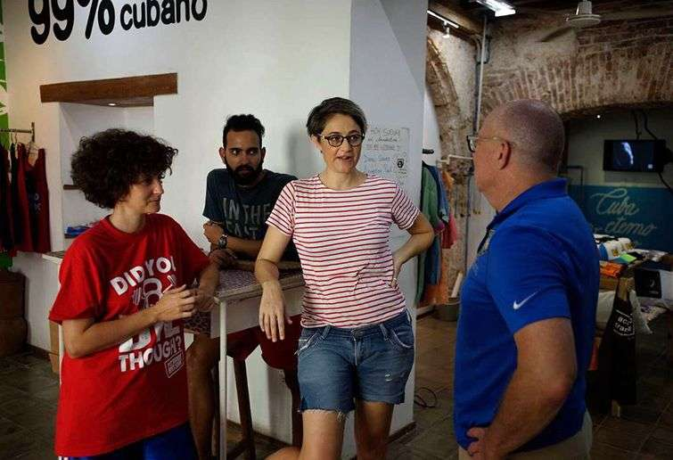 David Richardson (derecha), visita Clandestina, una tienda privada de diseño en La Habana. Foto: el Nuevo Herald / Cortesía de la campaña de David Richardson al Congreso de EE.UU.