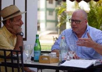 David Richardson (derecha) en un restaurante privado en La Habana durante una visita de dos días a Cuba esta semana. Foto: el Nuevo Herald / Cortesía de la campaña de David Richardson al Congreso de EE.UU