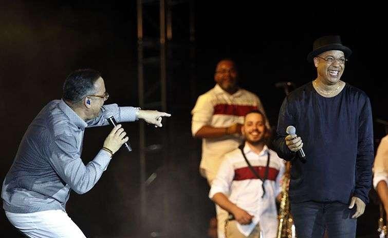 Gilberto Santa Rosa (i), junto al cubano Issac Delgado (d), durante su concierto en La Habana. Foto: Ernesto Mastrascusa / EFE.