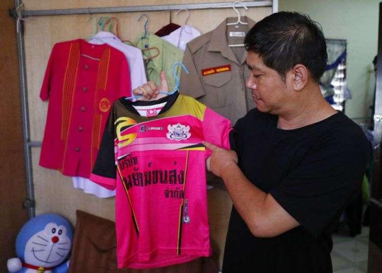 El padre de uno de los niños rescatados de la cueva en Tailandia muestra la camiseta de fútbol de su hijo. Foto: Vincent Thian/AP.