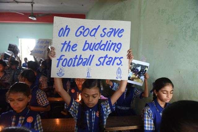 Otros niños ruegan por la salud de los pequeños atrapados. Foto: Twitter.