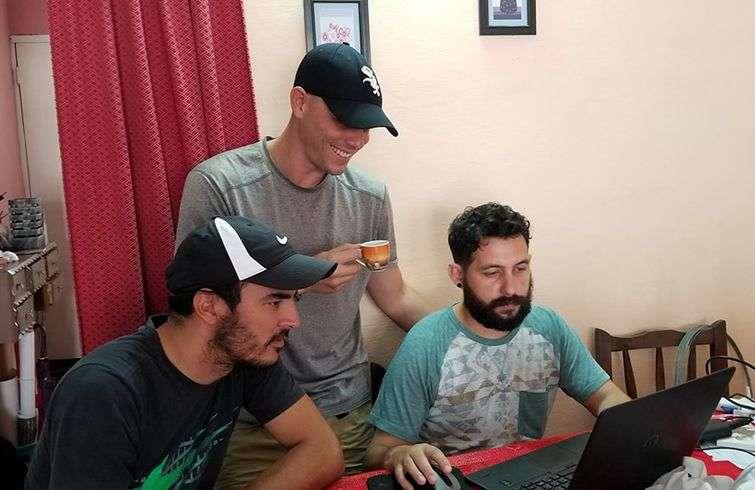 El equipo de Yo Hablo Fútbol en acción. De izquierda a derecha: Daguito Valdés, Magol Alejandro Valdés y Andy Frank Pérez. Foto: Perfil de Facebook de Daguito Valdés.