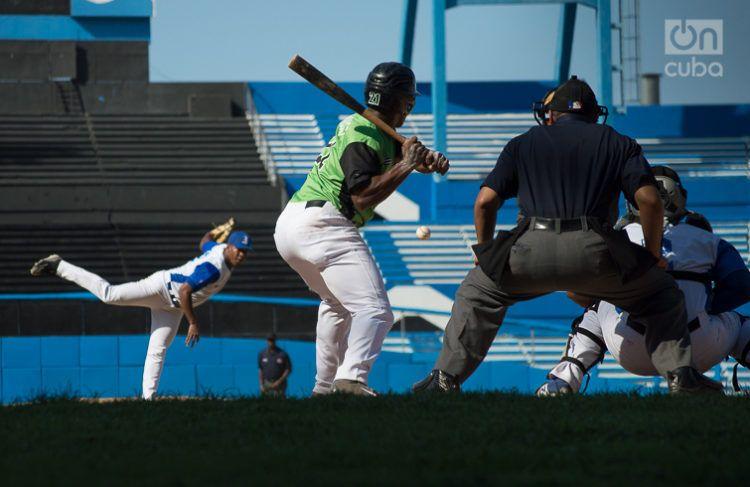 Partido entre Industriales y Cienfuegos en el estadio Latinoamericano de La Habana, durante la Serie Nacional 58. Foto: Otmaro Rodríguez.