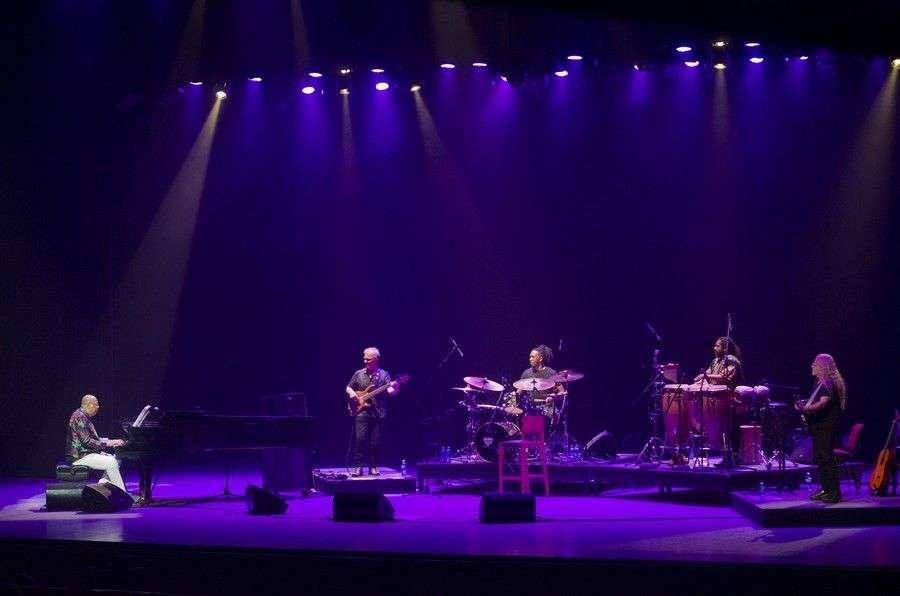 Chucho Valdés junto a Rodney Barreto en la batería, el percusionista Yaroldis Abreu, el bajista Gustavo Giuliano y el guitarrista Daniel Leis. Foto: Enrique Smith.