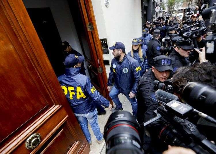 La policía ingresa a la casa de la senadora y ex presidente Cristina Fernández, en Buenos Aires. Foto: Natacha Pisarenko / AP.