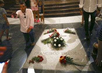 Un hombre hace un saludo con el brazo en alto junto a la tumba del ex dictador español Francisco Franco en la basílica del Valle de los Caídos cerca de El Escorial, en las afueras de Madrid, el viernes 24 de agosto de 2018. Foto: Andrea Comas / AP.