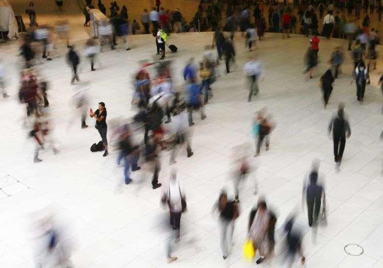 Varias personas caminan en el interior del Oculus, la estación a los pies del World Trade Center, en Nueva York. Foto: Frank Franklin II / AP.