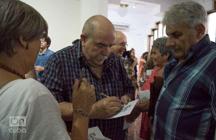 """Juan Padrón firma autógrafos en la apertura de su exposición personal """"Tan fiero como lo pintan"""", en la Galería Servando Cabrera. Foto: Otmaro Rodríguez."""