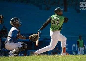 Juan Miguel Soriano, de Cienfuegos, conecta una batazo en un partido frente a Industriales, en el estadio Latinoamericano. Foto: Otmaro Rodríguez.