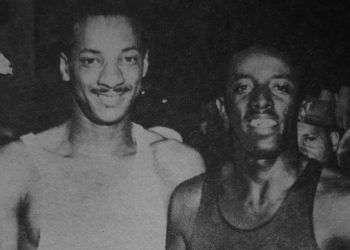 El velocista cubano Rafael Fortún (derecha) junto a uno de sus mayores rivales, el panameño Lloyd La Beach. Foto: Recorte de prensa de la época / Archivo del autor.