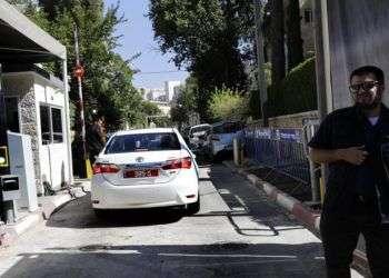 Un guardia de seguridad realiza labor de vigilancia a la llegada de los investigadores de la policía a la residencia del primer ministro israelí Benjamin Netanyahu, en Jerusalén, el viernes 17 de agosto de 2018. Foto: Tsafrir Abayov / AP.