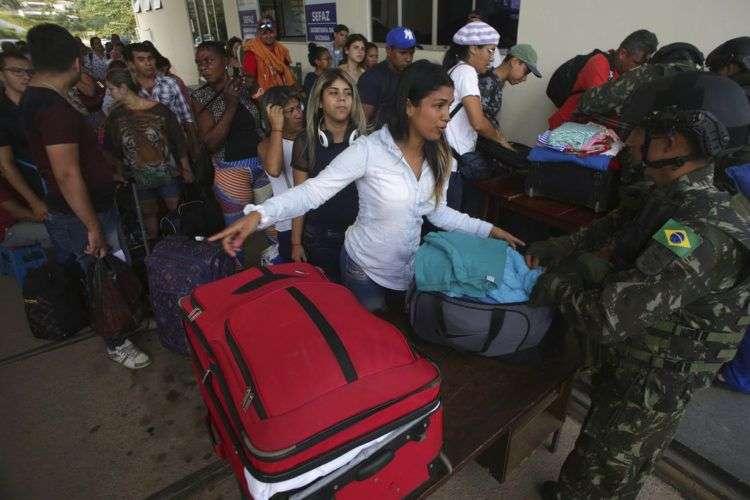 Venezolanos en un control fronterizo de la ciudad de Pacaraima, en el estado de Roraima, Brasil. El martes 7 de agosto del mismo año uno de los principales cruces fronterizos entre ambos países fue reabierto después de que estuvo cerrado casi un día por una disputa legal. Foto: Eraldo Peres / AP.