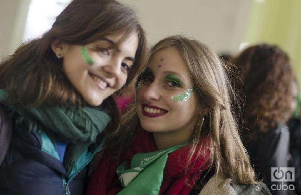 Valentina se reúne con sus amigas en la terminal de trenes en La Plata con destino a Buenos Aires. Foto: Kaloian.