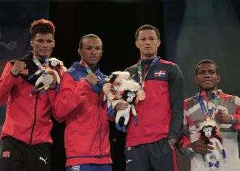 Lázaro Álvarez (2-izq) muestra su medalla de oro de los 60 kg en Barranquilla 2018, junto al resto de los premiados en su división. Foto: @Bquilla2018 / twitter.