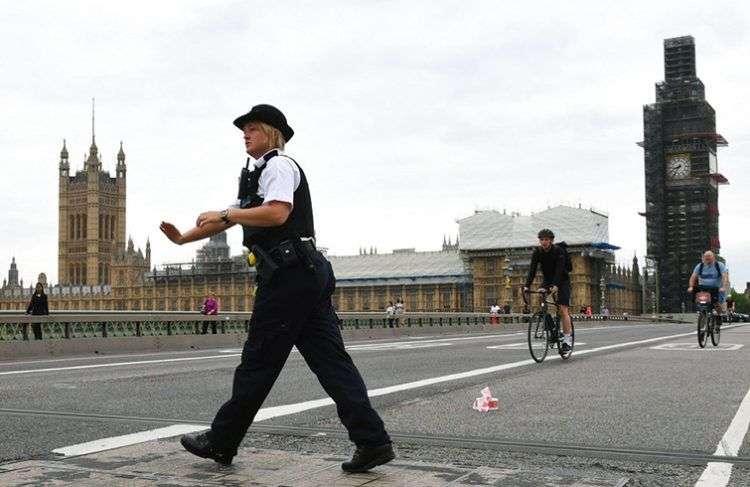 Una policía patrulla en el Puente de Westminster luego de que un auto se estrelló contra las barreras de seguridad en el exterior del parlamento, en Londres, este 14 de agosto de 2018. Foto: Stefan Rousseau / PA vía AP.