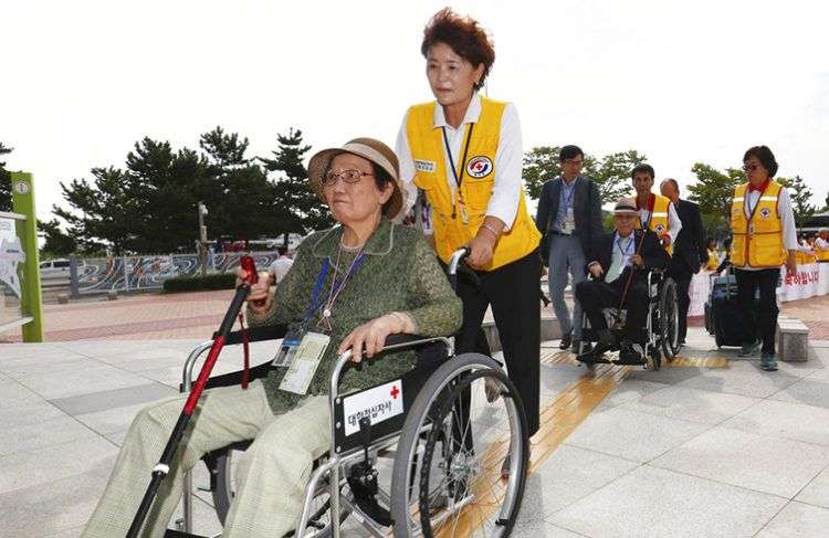 Ancianos surcoreanos parten hacia Corea del Norte para participar en reuniones con familiares que viven en ese país y a los que no ven desde hace años, este 20 de agosto de 2018. Foto: Korea Pool / Yonhap vía AP.