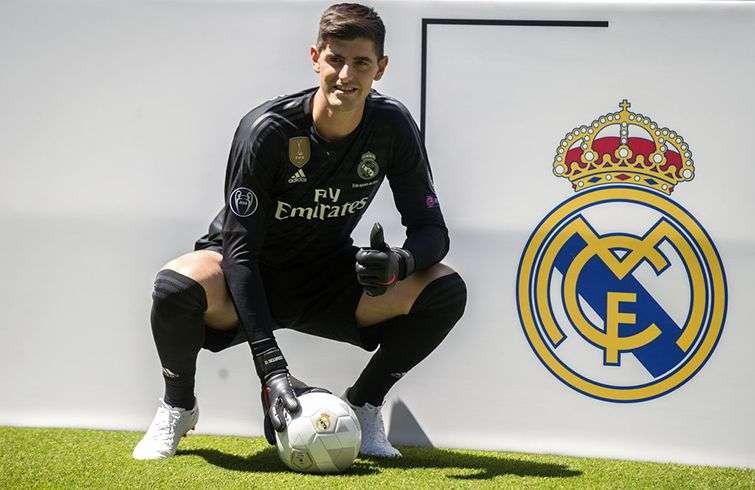 Thibaut Courtois posa ante la prensa con el uniforme del Real Madrid en el estadio Santiago Bernabéu. Foto: Andrea Comas / AP.